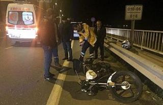 Motosiklet duran araca çarptı!..
