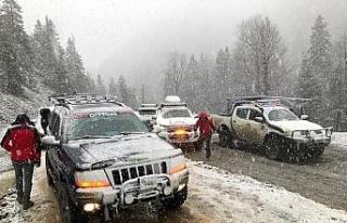 Off-road tutkunları mevsimin ilk karının keyfini...