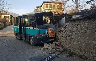 Yolcu minibüsü duvara çarptı: 2 yaralı