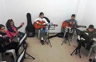Çocuklar müzik okulunda mutlu
