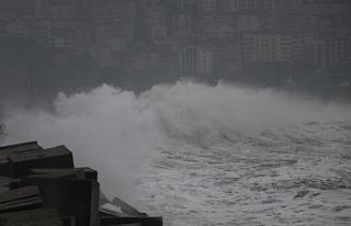 Dev dalgalar 7 metrelik istinat duvarını aştı