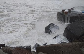 Karadeniz'de dalga boyu 7 metreyi buldu, dalgalar...