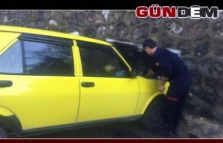 Otomobiliyle duvara çarpan sürücü yaralandı!..