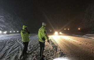 Bolu Dağı'nda zorlanan sürücülerin yardımına...