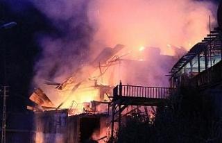 Safranbolu'da 2 katlı kafe çıkan yangında kül...