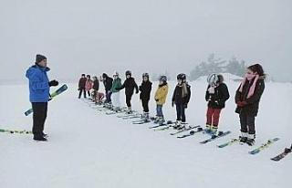 Türkiye'nin 53. kayak merkezinde kayak eğitimi...