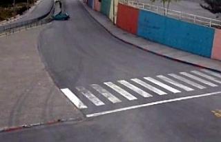 Viraja hızlı giren otomobil su kanalına böyle...