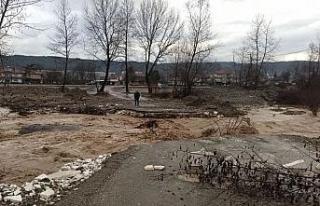 Aşırı yağışlar köprüleri yıktı, köye ulaşım...