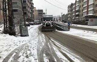 Belediye ekipleri kar küreme ve tuzlama çalışmalarını...