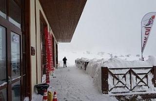 Keltepe Kayak Merkezi'nde kar kalınlığı 1 metreyi...