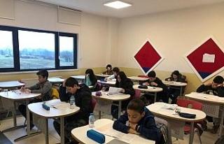 Öğrenciler okula kabul bursluluk sınavında ter...