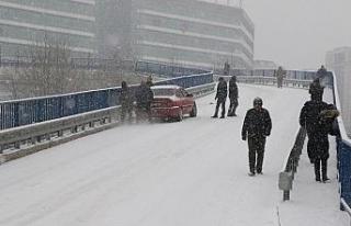 Sürücüler buzlu yollarda hakimiyet sağlamakta...