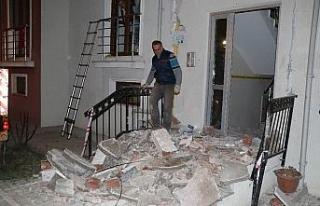 Apartmanın girişindeki beton sundurma çöktü,...