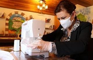 Belediye başkanı makine başına geçip maske dikiyor