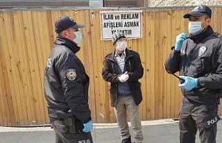 Polisler, risk grubundaki yaşlıları uyarırken,...
