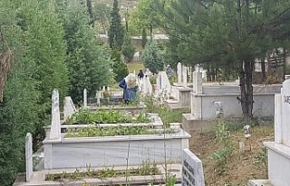 Sokağa çıkma kısıtlaması öncesi mezarlıklara...