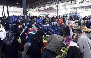 Vatandaşlar soğuk havaya rağmen çarşı ve pazara...