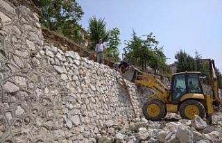 Yağışların hasar verdiği duvar yeniden örüldü
