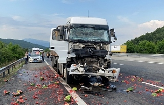 Kaza sonrası kamyondaki karpuzlar yola saçıldı