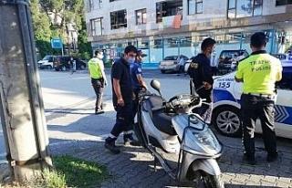 Polisten kazayı izleyen vatandaşlara sosyal mesafe...