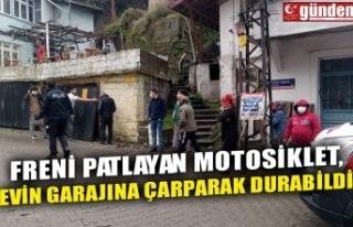FRENİ PATLAYAN MOTOSİKLET, EVİN GARAJINA ÇARPARAK...