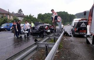 Otomobil refüje çarptı 2 kişi hayatını kaybetti
