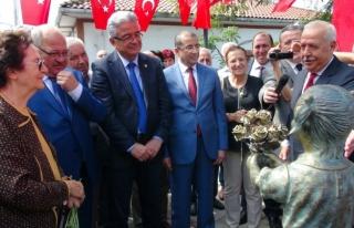 Mustafa Kemal Atatürk'ü çiçekle karşılayan...