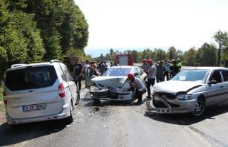 Ereğli´de 3 otomobil birbirine girdi: 3 yaralı