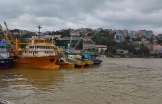 Şiddetli fırtınada tekneler limana sığındı