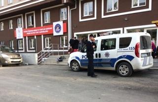 Polis kız öğrencilerin güvenliği için yurt önündeki...