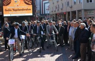 Başkan personeline bisiklet dağıttı, arabaya binme...