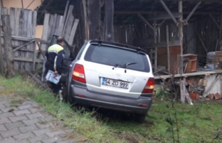 Otomobil evin bahçesine uçtu: 6 yaralı