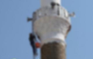 İşten çıkarılan genç cami minaresine çıkıp...
