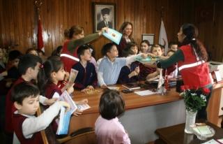 Minik çocuklar Türk Kızılayı ile tanıştı