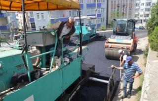 Karabük belediyesinden asfalt serme işlemi