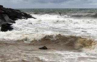 Dev dalgalar sahilleri dövüyor...