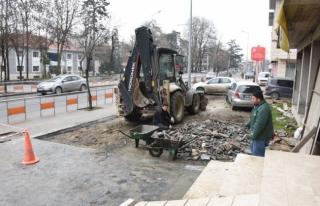 Hastane Caddesinde Kaldırımlarda çalışmalar sürüyor