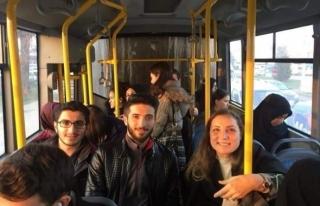 Öğrenciler istedi Rektör Çakar otobüse bindi