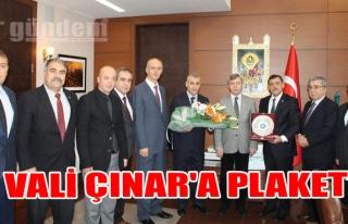 Vali Çınar'a Plaket