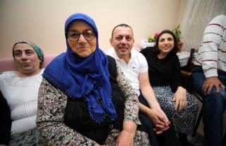 Hayatını 5 engelli çocuğuna adadı