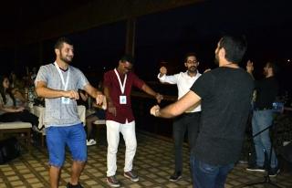 18 Yabancı öğrenci  Türk müziğiyle eğlendi