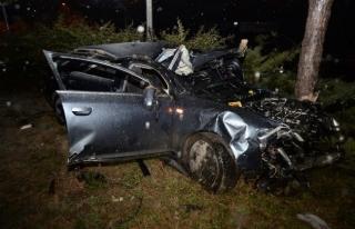 Otomobil işaret direğine çarptı; 1 ölü, 1 yaralı