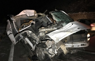 Minibüs tıra çarptı: 1 yaralı