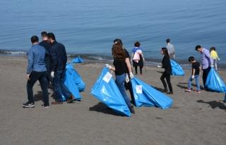 Öğrenciler Akçakoca sahillerini temizledi