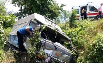 TEM otoyolunda kamyonet şarampole yuvarlandı: 2 yaralı
