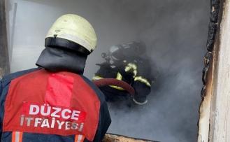 Düzce'de iki katlı ev alev alev yandı