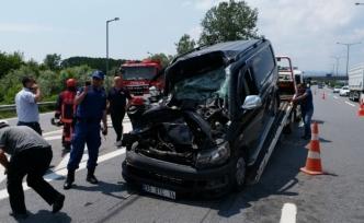 TEM otoyolunda minibüs ile tır çarpıştı: 1 yaralı