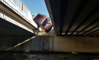 İki köprü arasında kalan kamyonet çaya düşmekten kurtuldu