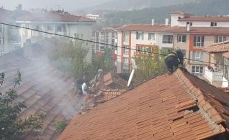 İtfaiye çatı kiremitlerini sökerek yangına müdahale etti