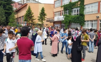 Karabük'te veliler merakla çocuklarının sınavdan çıkmasını bekledi